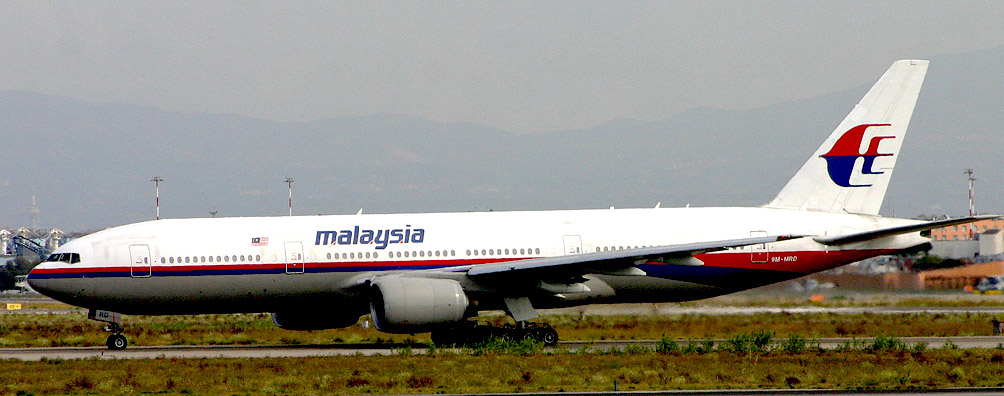 Разбившийся самолёт Boeing 777-200ER. Авиакомпания  Malaysia Airlines.  Фотография сделана в Риме за 3 года до катастрофы Источник   https://en.wikipedia.org/wiki/Malaysia_Airlines_Flight_17#mediaviewer/File:Boeing_777-2H6ER_9M-MRD_Malaysian_(6658105143).jpg