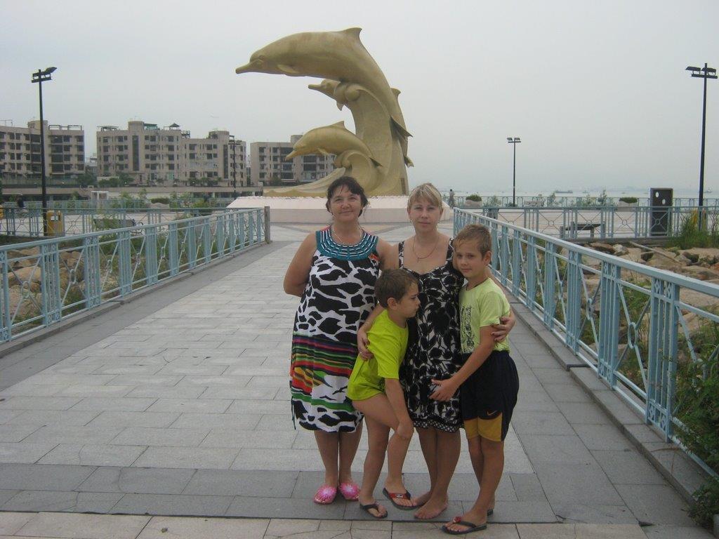 Золотые дельфины