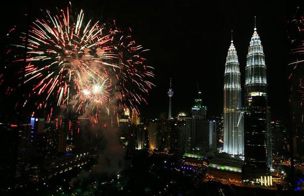 13малайзия куала-Лумпур фейерверк на фоне башен Петронас