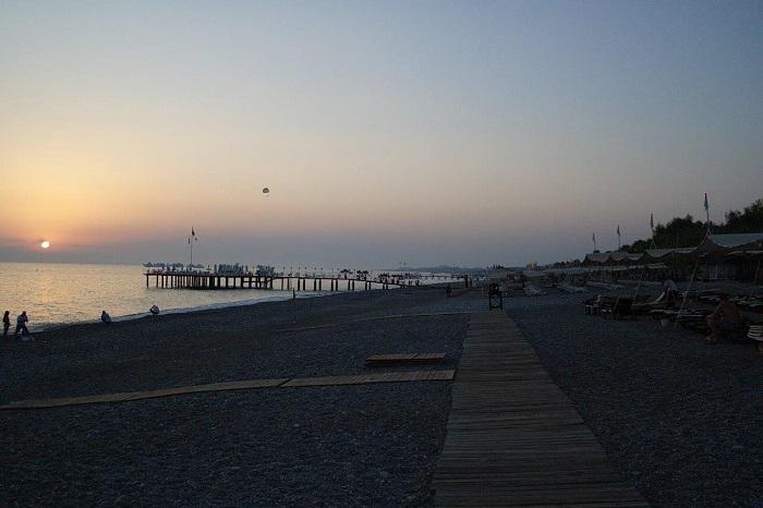 6-8. Опустевщий пляж