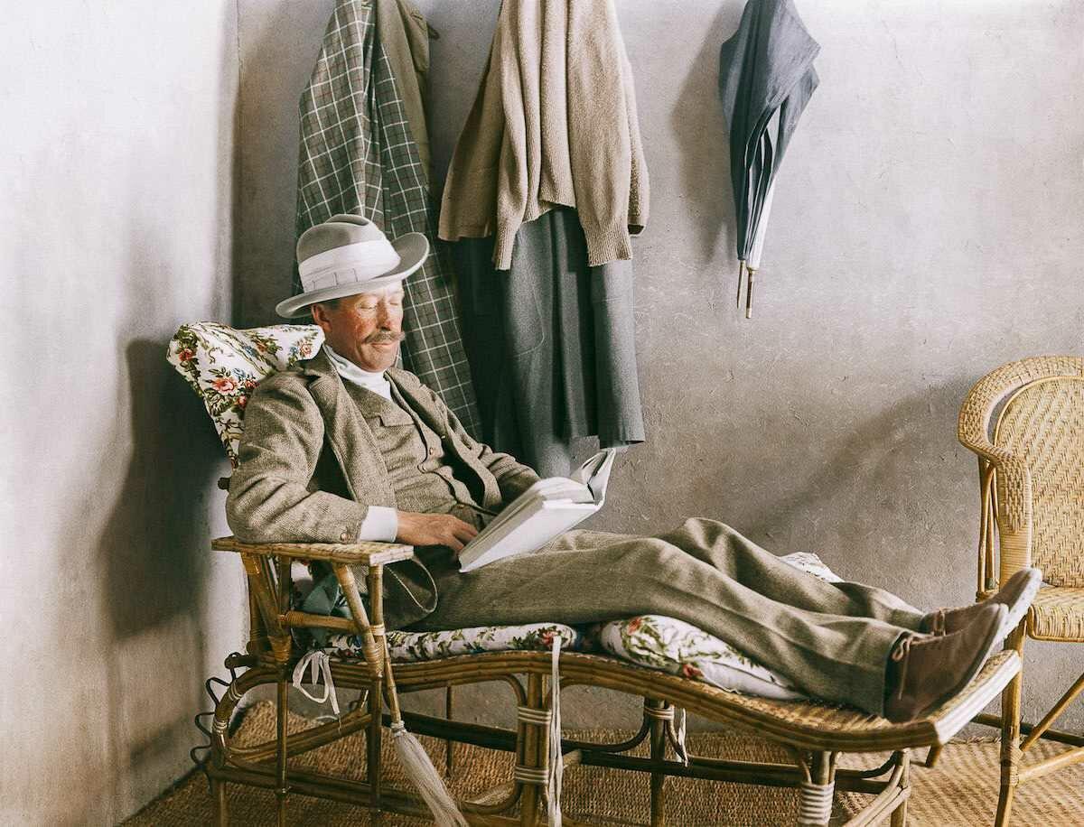 1923 год. Лорд Карнарвон, профинансировавший раскопки, читает на веранде дома Картера возле Долины царей