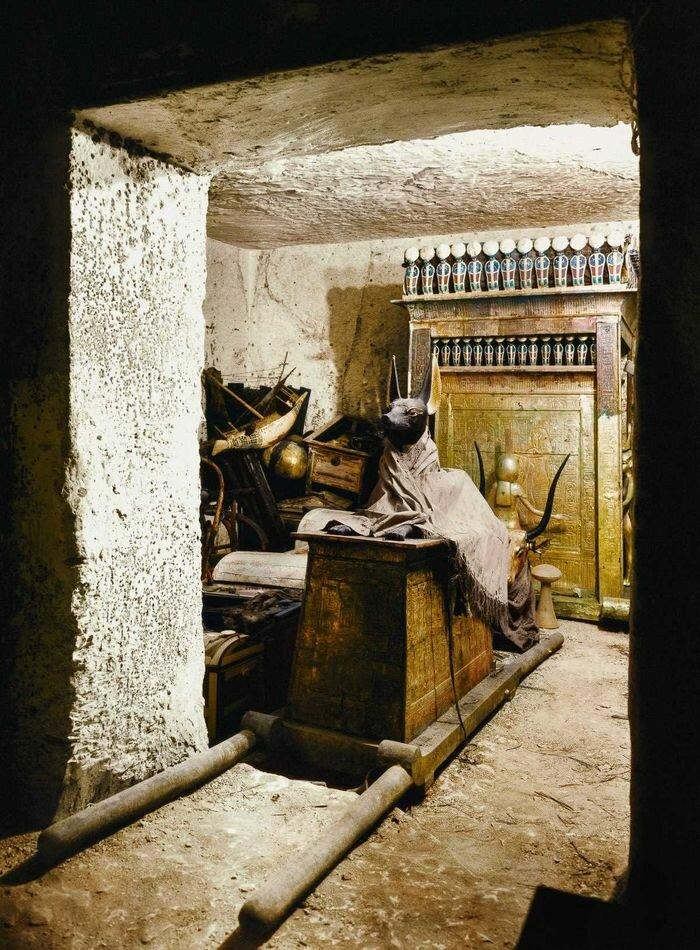 1923 год. Статуя Анубиса на погребальных носилках