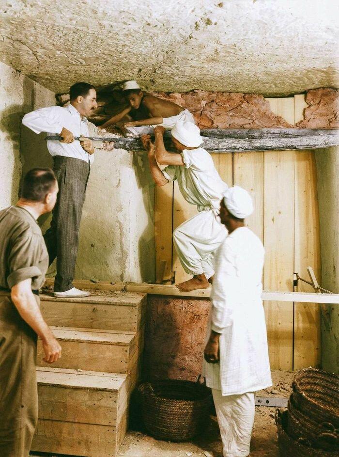 2 декабря 1923 года. Картер, Каллендер и двое рабочих удаляют перегородку между передней комнатой и погребальным покоем