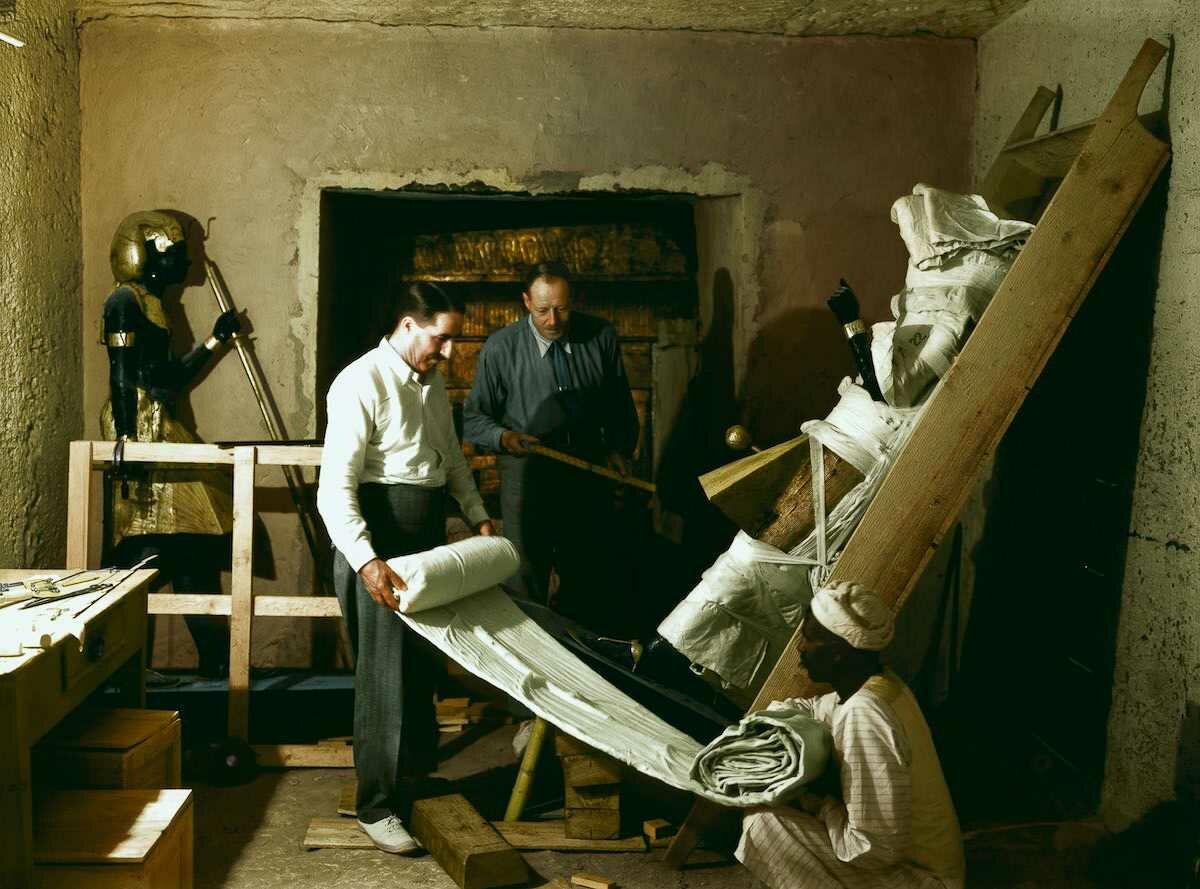 29 ноября 1923 года. Говард Картер, Артур Каллендер и египетский рабочий оборачивают одну из статуй Ка для транспортировки