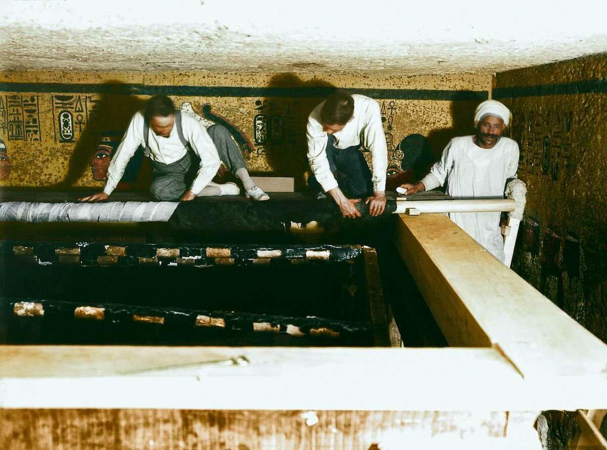 30 декабря 1923 года. Картер, Мейс и египетский рабочий бережно сворачивают льняной покров