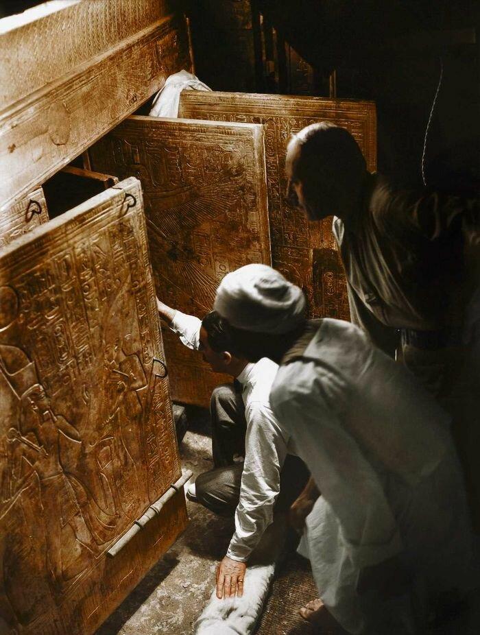 4 января 1924 года. Говард Картер, Артур Каллендер и египетский рабочий открывают двери, чтобы впервые взглянуть на саркофаг Тутанхамона