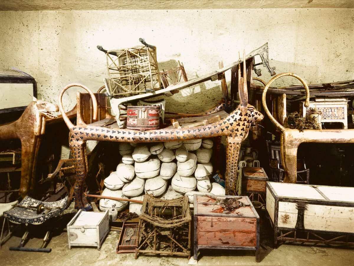 Декабрь 1922 года. Церемониальное ложе в форме Небесной коровы в окружении припасов и других объектов в передней комнате гробницы