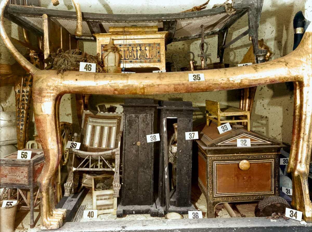 Декабрь 1922 года. Под ложем-львом в передней комнате несколько коробок и сундуков, а также кресло из черного дерева и слоновой кости, которое Тутанхамон использовал в детстве
