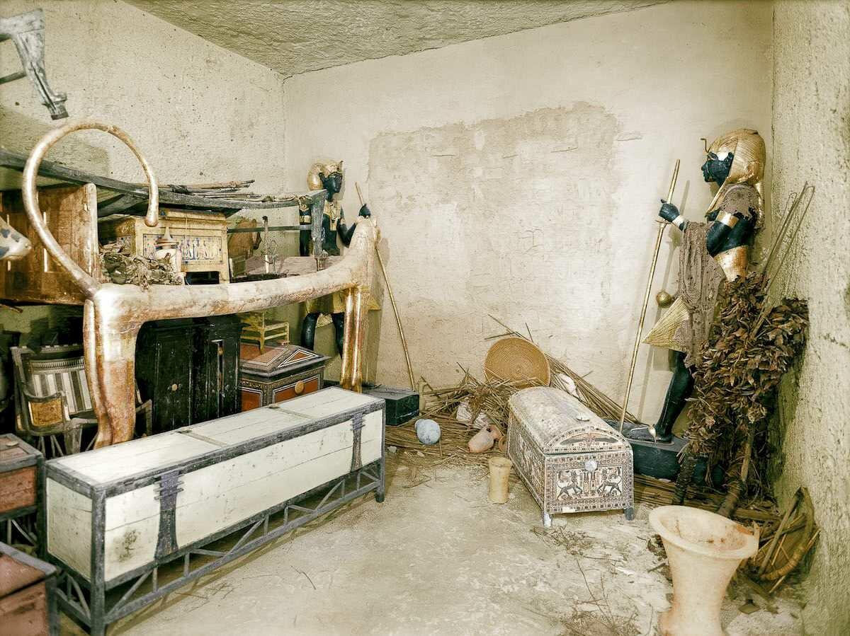 Декабрь 1922 года. Позолоченное ложе-лев и другие объекты в прихожей. Стена погребального покоя охраняется черными статуями Ка