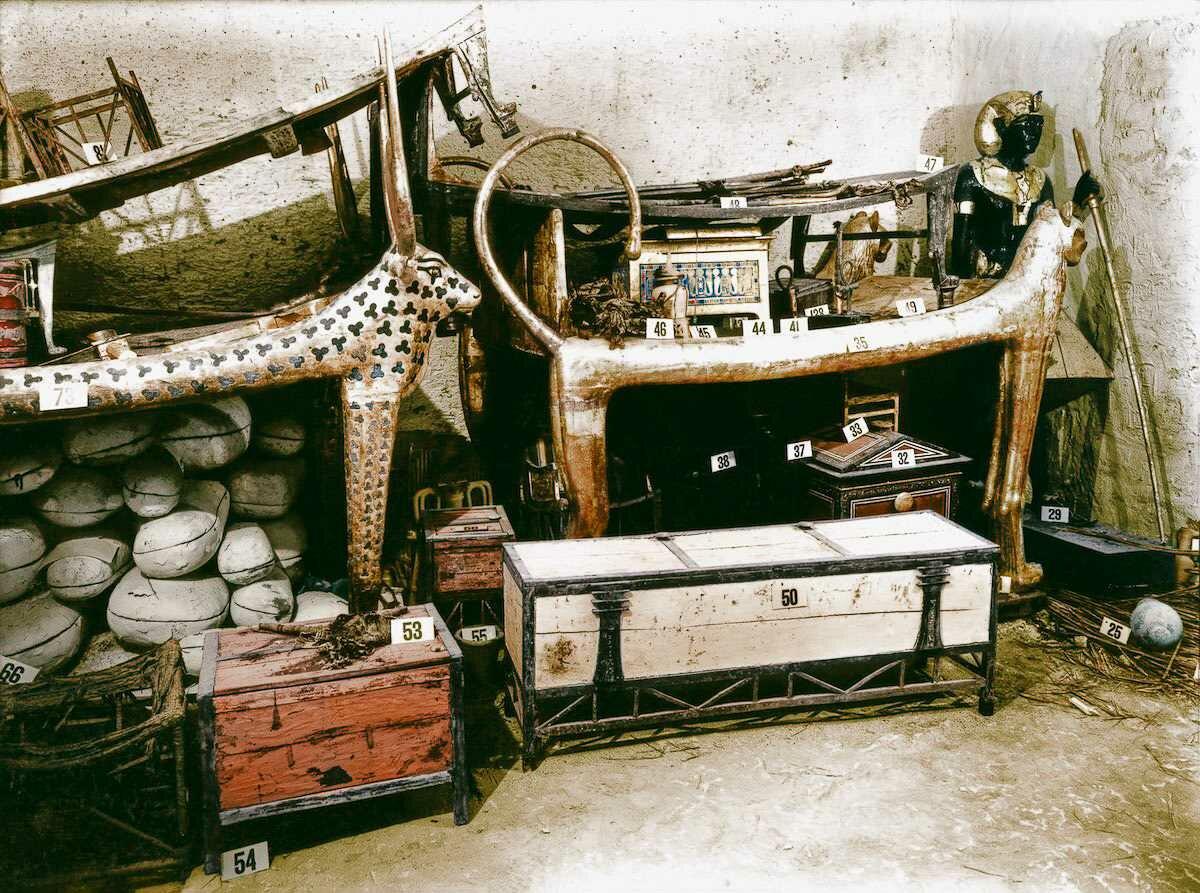 Декабрь 1922 года. Позолоченное ложе-лев и инкрустированная нагрудная одежда среди других объектов в передней комнате