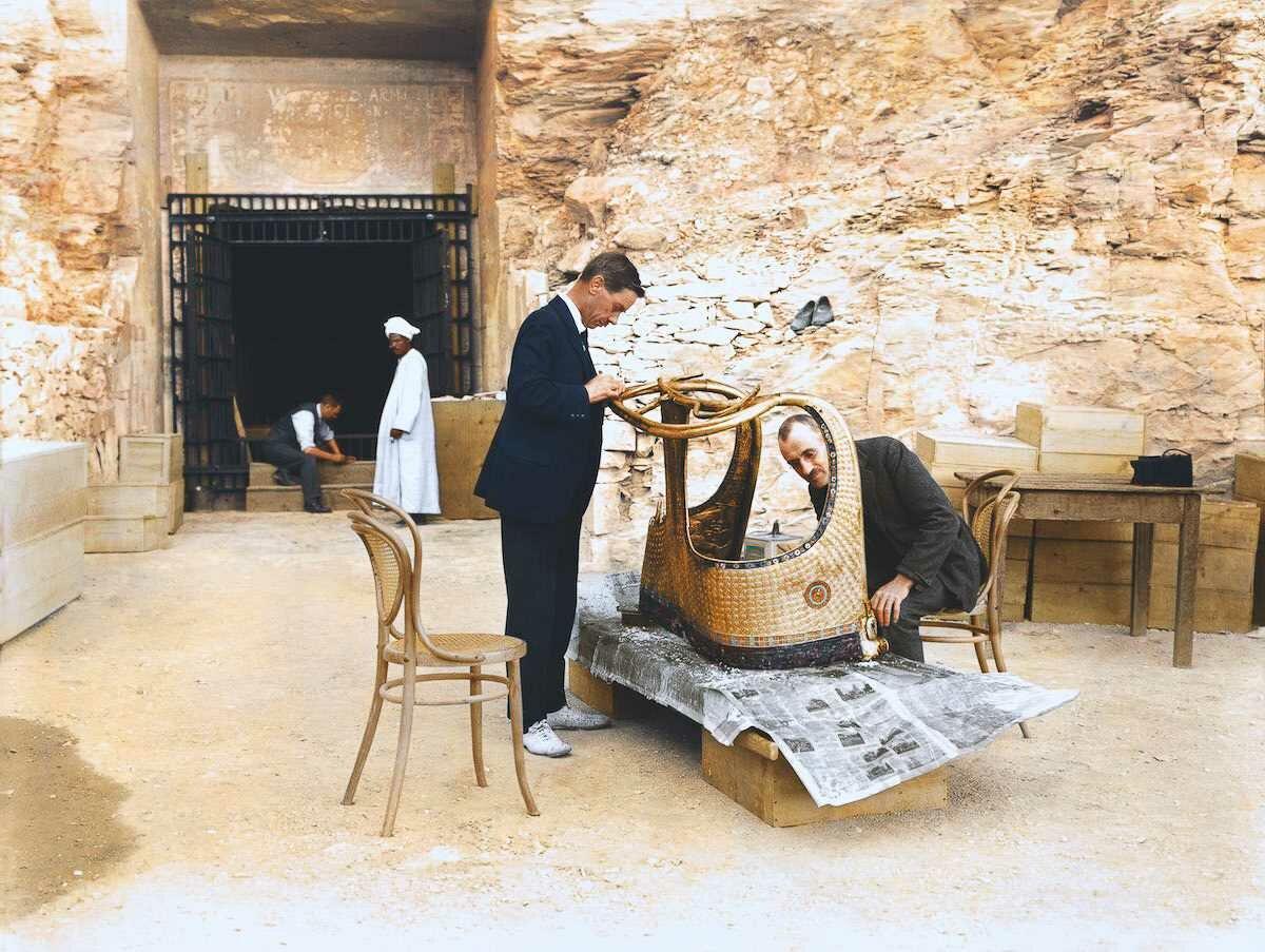Декабрь 1923 года. Артур Мейс и Альфред Лукас работают с золотой колесницей из гробницы Тутанхамона за пределами «лаборатории» в гробнице Сети II