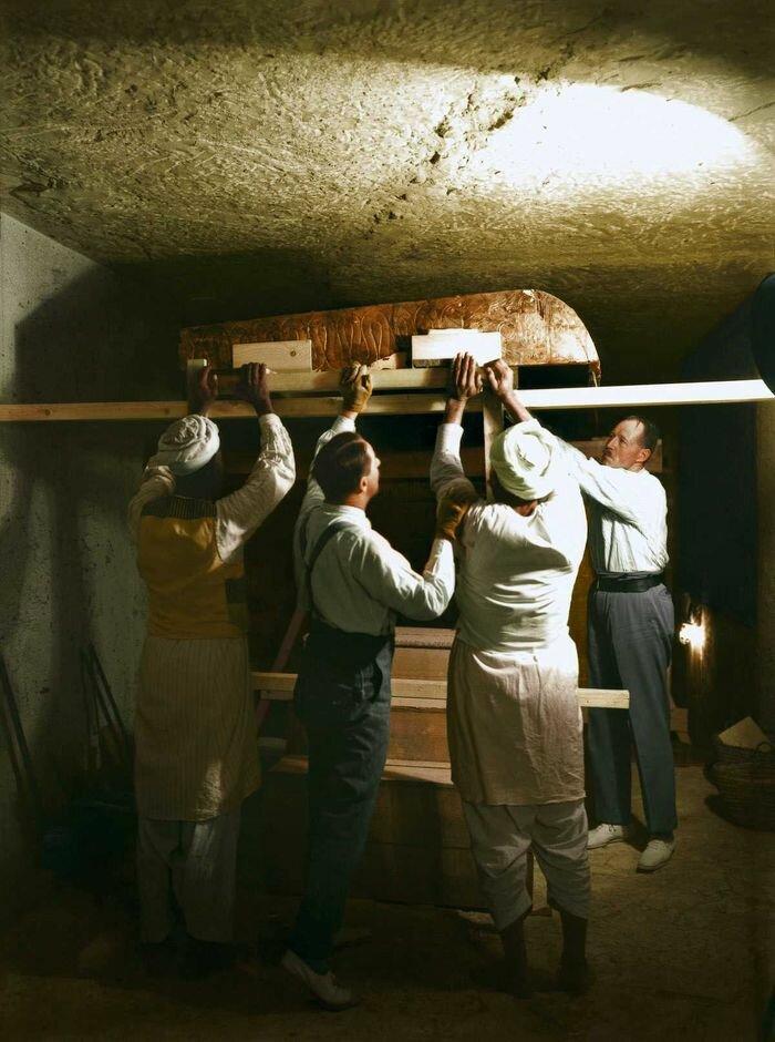 Декабрь 1923 года. Картер, Каллендер и двое египетских рабочих разбирают один из золотых ковчегов в погребальном покое