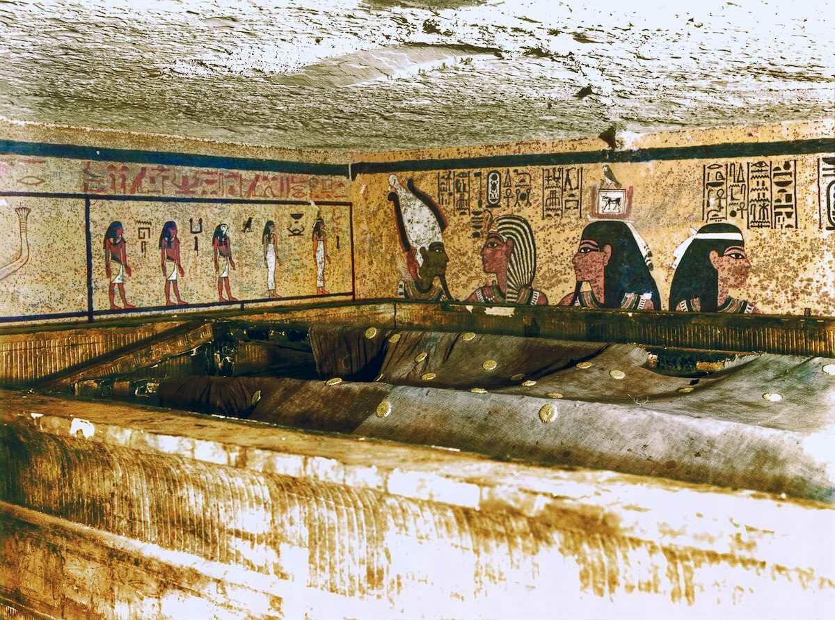 Декабрь 1923 года. Внутри внешнего ковчега в погребальном покое находится еще один ковчег, который завернут в огромный льняной покров с золотыми розетками, напоминающий ночное небо