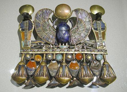 Кулон в форме крылатого �карабе�. Гробница Тутанхамона. Каир�кий музей .