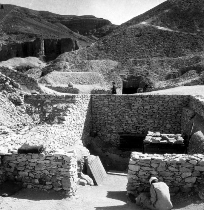 Гробница фараона Тутанхамона находится в Египте на западном берегу Нила около древней столицы - города Фивы.