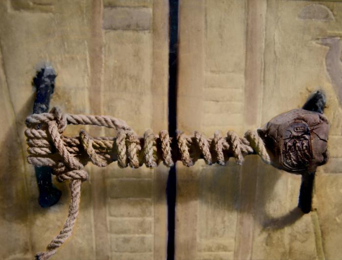 Гробницу охранял не замок, не механизм, а веревка и печать, которые оказались нетронутыми.
