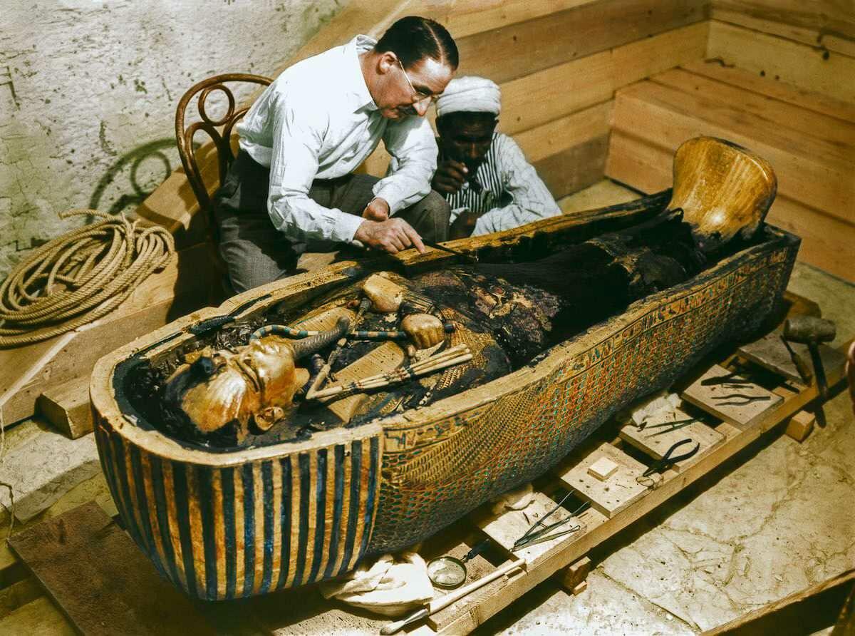 Октябрь 1925 года. Картер и рабочий изучают саркофаг из чистого золота