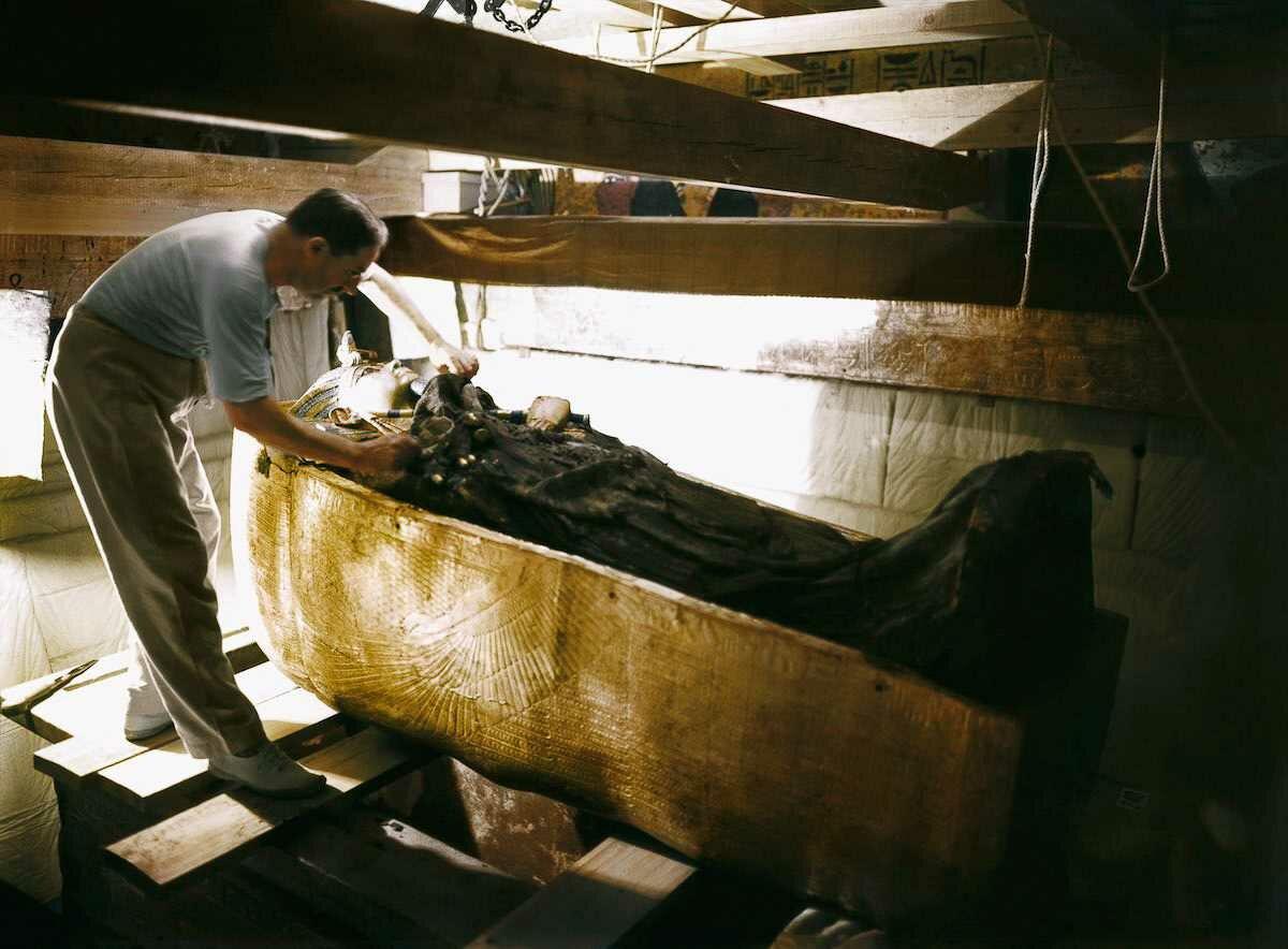 Октябрь 1925 года. Картер изучает саркофаг Тутанхамона
