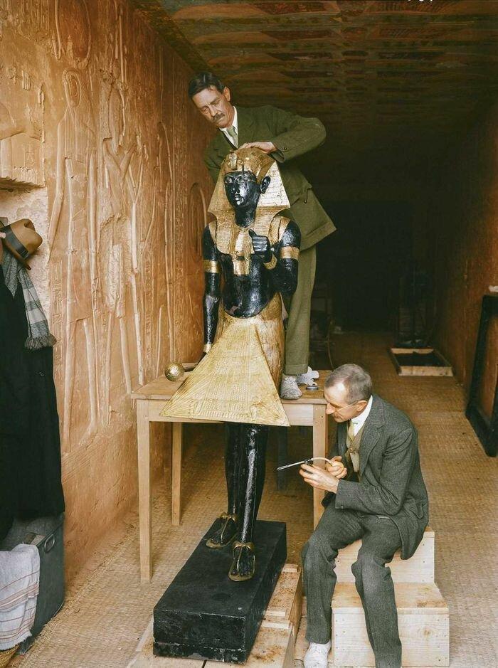 Январь 1924 года. В «лаборатории», созданной в гробнице Сети II, реставраторы Артур Мейс и Альфред Лукас чистят одну из статуй Ка из передней комнаты